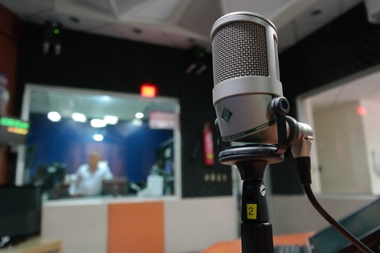 radio microphone-1562354_640